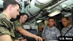 """美军""""格林维尔号""""核潜艇2018年12月10日接待菲律宾海军(美国海军照片)"""