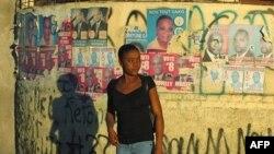 Áp phích của các ứng cử viên tổng thống ở Port-au-Prince, 2/2/2011