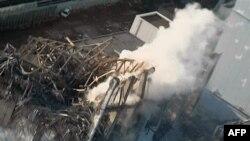 Дим над пошкодженим реактором АЕС Фукусіма