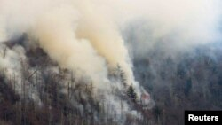 Asap membubung dari kebakaran hutan di pegunungan Great Smokey dekat Gatlinburg, Tennessee, AS (28/11).