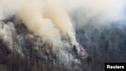 지난달 28일 테네시주 개틀린버그 인근 그레이트스모키마운틴에서 산불이 발생해 연기가 솟구치고 있다.