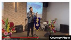 Gersom Situmorang dari BCP Manila menggelar ibadah Minggu lewat streaming YouTube, setelah Manila memberlakukan karantina wabah COVID-19. (Courtesy: Bethany Church Philippines - GBI Manila)