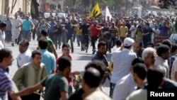 10月4日在开罗,穆尔西和穆斯林兄弟会的支持者与反对穆尔西的示威者发生冲突