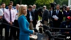 Penasihat Gedung Putih Kellyanne Conway memberikan keterangan kepada media di luar Gedung Putih, Washington D.C., 30 April 2019.