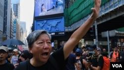 十一游行的组织者之一李卓人张开手掌(代表五代诉求),振臂高呼五大诉求、缺一不可 (美国之音/鸣笛)