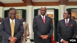 Para pemimpin partai yang berkuasa di Zimbabwe tampil bersama Senin lalu dalam sebuah jumpa pers di Harare.