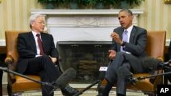 奥巴马总统在白宫椭圆形办公室会晤越南共产党总书记阮富仲。(2015年7月7日)