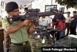 Seorang perwira TNI mencoba senjata buatan dalam negeri selama pameran peralatan militer di Jakarta. Pemerintah berjanji untuk meningkatkan peralatan dan teknologi militernya untuk menjaga keamanan negara. (Foto: REUTERS/Crack Palinggi)