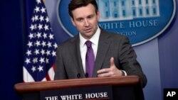 Josh Earnest, vocero de la Casa Blanca, reconoció que EE.UU. debió haber enviado a un representante de alto perfil a la marcha en Francia del domingo.