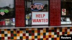 Un aviso en un restaurante de Solana Beach, California, indica que se busca empleados. Julio 17 de 2017.