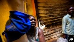 Yon timachann nan Pòtoprencs, Ayiti, ki te viktim yon lòt dife ki te pran nan yon mache kapital la nan dat 18 fevriye 2018.