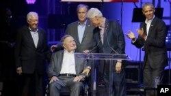 អតីតប្រធានាធិបតីសហរដ្ឋអាមេរិករាប់ពីស្តាំលោក Barack Obama លោក Bill Clinton លោក George W. Bush លោក George H.W. Bush និងលោក Jimmy Carter ជួបជុំគ្នាលើឆាកក្នុងការប្រគុំតន្រ្តីសប្បុរសធម៌ក្នុងរដ្ឋ Texas កាលពីថ្ងៃទី២១ តុលា ២០១៧។