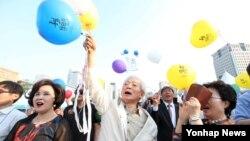 29일 서울 광화문 북측광장에서 열린 '2016 통일박람회 폐막식'에서 참석자들이 통일을 기원하는 메세지를 묶은 풍선을 날리고 있다.