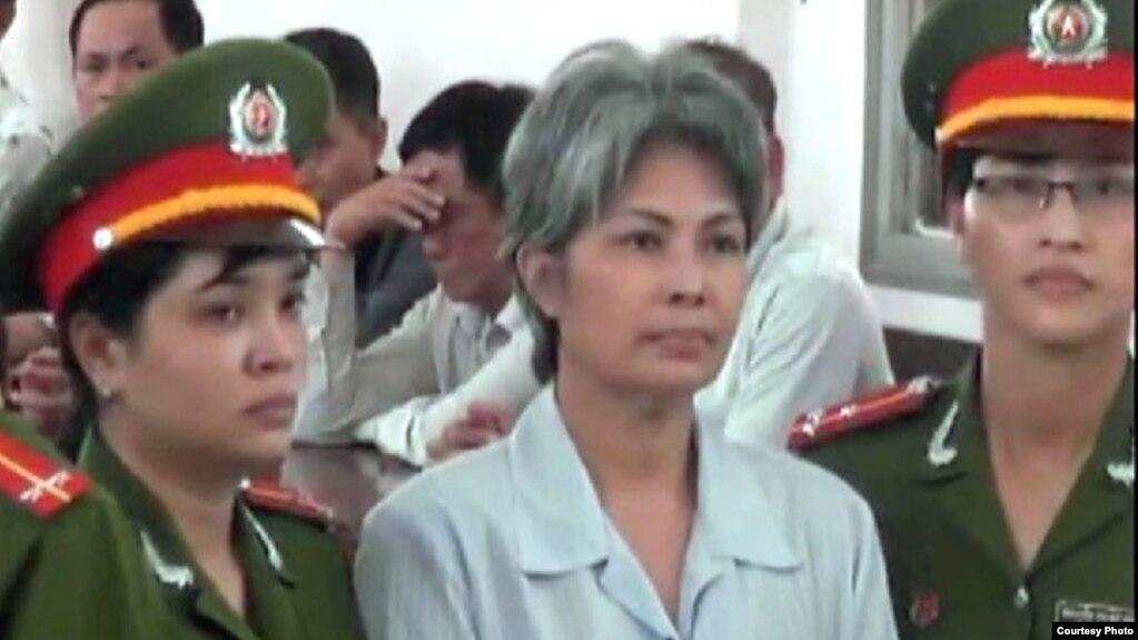 Tòa án tỉnh Đồng Tháp tuyên án bà Hằng 3 năm tù giam với tội danh 'gây rối trật tự công cộng' theo điều 245 Bộ Luật hình sự vào tháng 8 năm 2014.