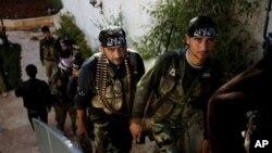 시리아 알레포 외곽 도시에서 정부군과의 교전을 앞두고 무기를 점검하는 반정부군들