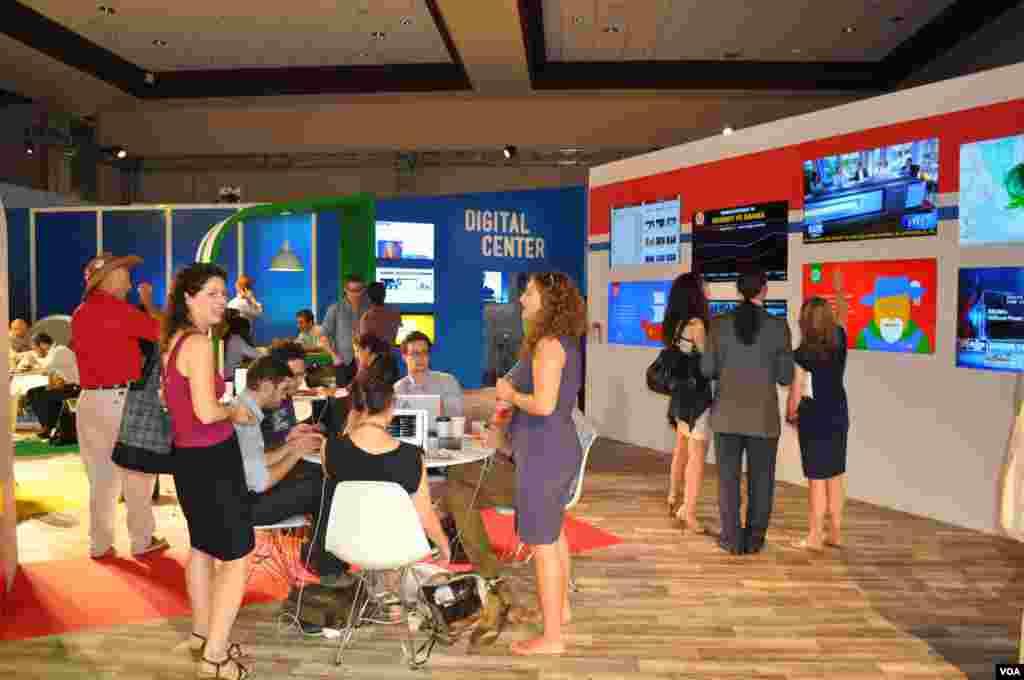 В пресс-центре, где работали около 15 тысяч журналистов со всего мира, самым «веселеньким» местом была гостиная компании Google. Там раздавали великолепный бесплатный кофе, можно было назначать встречи и разглядывать интерактивные стенды.