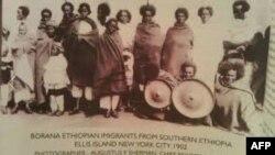 Jari kun bara 1902 keessa Ellis Island,NY dhufee hortee isaanii barbaadumatti jiran
