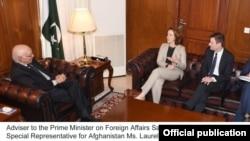 美国的阿富汗-巴基斯坦问题特使劳拉·米勒(左二)在伊斯兰堡与巴基斯坦外交部长萨尔塔·杰阿齐兹(左一)进行会议。(2016年12月5日)