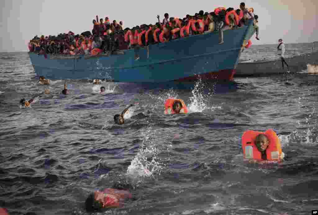 پناہ کے متلاشی کئی پناہ گزین سمندر میں ڈوب کر ہلاک ہوئے۔