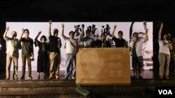香港支聯會常委向劉曉波特製畫像獻花。(美國之音特約記者 湯惠芸拍攝 )