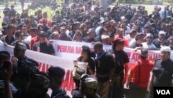 Aksi keprihatinan ormas Bali di depan gedung DPRD di Denpasar. (VOA/Muliarta)
