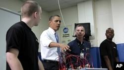 奥巴马总统参观北维州社区大学的汽车服务课,强调加强美国制造能力的必要性