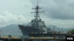 Tàu khu trục USS John S. McCain của Hoa Kỳ tại vịnh Subic, Philippines, 26/6/2014. (Ảnh: Simone Orendain/VOA)