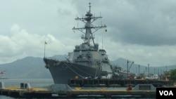 """2014年6月26日,停靠在菲律宾苏比克湾的美国海军""""约翰•S•麦凯恩号""""驱逐舰。(美国之音奥伦戴恩拍摄)"""