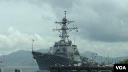 美國海軍的麥凱恩號驅逐艦(USS John S. McCain)曾經在2014年6月停靠蘇比克灣(資料圖片, Simone Orendain/VOA)