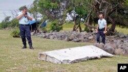 Cảnh sát Pháp đang chụp lại mảnh vỡ tìm thấy ở đảo Reunion thuộc Ấn Độ Dương, được cho là của chiếc máy bay Malaysia mất tích.