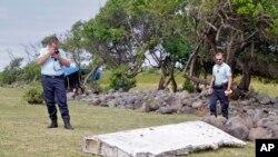 Cảnh sát Pháp đứng cạnh một mảnh vợ của một chiếc máy bay ở Saint-Andre, Đảo Reunion.