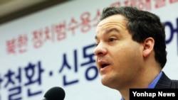 지난 1월 탈북자 강철환·신동혁 씨 가족 구금상태에 대한 유엔 결정문 공개 기자회견에서 발언하는 북한 반인도범죄철폐 국제연대(ICNK)의 재러드 겐서 법률고문. (자료사진)