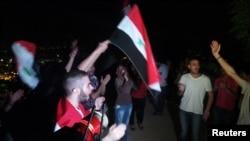 親阿薩德示威者9月1日在大馬士革揮舞旗幟。