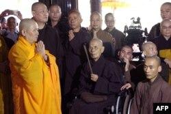 Thiền sư Nhất Hạnh thắp nhang tại chánh điện Tổ đình Từ Hiếu.