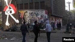2012年11月29日 埃及民眾連續第七天在開羅解放廣場舉行示威﹐幾名年輕人行經地插有海盜旗