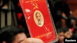 Đại biểu đảng cộng sản Việt Nam bỏ phiếu về các chính sách tại lễ bế mạc Đại hội đảng lần thứ 11 tại Hà Nội, ngày 19/1/2011.