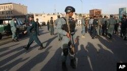 19일 아프가니스탄 수도 카불에서 법무부 직원들을 겨냥한 차량 폭탄 테러가 발생한 가운데 궁인들이 사고 현장을 수색하고 있다.