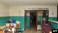 Des personnes attendent devant l'unité de soins intensifs de l'hôpital Phebe, dans la ville de Bong, dans le centre du Libéria, le 27 mai 2019.