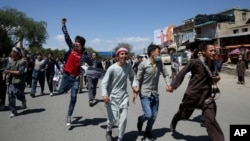 Protesters run during a massive anti-government protest in Kabul, Afghanistan, May 16, 2016.