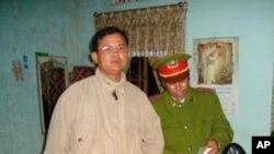 Công an kiểm tra kinh sách Tin Lành tại tư gia Mục sư Nguyễn Công Chính