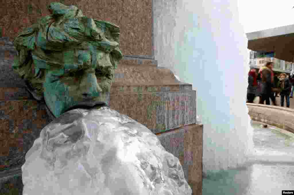 Air mancur sebuah taman kota membeku saat cuaca dingin melanda kota Zurich, Swiss.