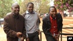 Waandishi wa habari wa Zimbabwe wakielekea mahakamani Jumatano, kabla ya kuachiliwa kwa dhamana.