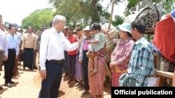 ႏိုင္ငံေတာ္သမၼတ ဦးထင္ေက်ာ္ မေကြးတိုင္းေဒသႀကီးအတြင္း ေရေဘးသင့္ျပည္သူမ်ားအား ေထာက္ပံ့ေရးပစၥည္းမ်ားေပးအပ္ (FB- Myanmar President Office)