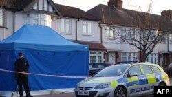 Cảnh sát đứng canh bên ngoài căn nhà của ông Nikolai Glushkov ỏ tây nam London ngày 13/3/2018. Ông từng làm việc cho tỷ phú Nga Boris Berezovsky, chết một cách bí ẩn ở nhà riêng vào năm 2013. AFP PHOTO / Will EDWARDS