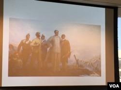 布鲁斯·科尔在讨论会上展示的一些共产主义国家的艺术和宣传作品(美国之音莫雨拍摄)