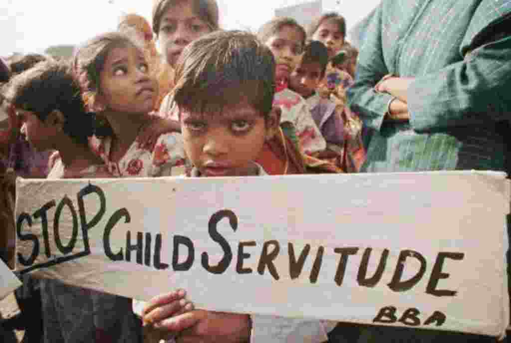 Una niña ex trabajadora participa en las marchas en protesta por la explotación de los niños como fuerza laboral de la India, en Nueva Delhi.