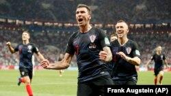 Mario Mandžukić i Ivan Perišić proslavljaju drugi gol Hrvatske u polufinalu Svetskog kupa u Rusiji (Foto: AP/Frank Augstein)