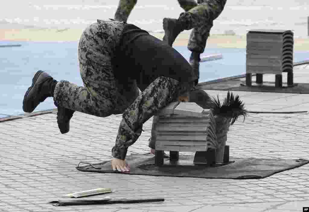 سیول،میموریل ڈے پر جنوبی کورین فوج کی اسپیشل فورس کا ایک اہلکار مارشل آرٹ کے مظاہرے کے دوران اپنے سر سے اینٹوں کے ایک جتھے کو توڑ رہا ہے