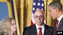Президент Обама вручает награду сержанта Роберта Миллера его родителям. Белый дом, 6 октября 2010г.