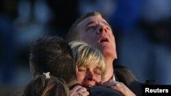 Des familles des victimes près de l'école primaire Sandy Hook